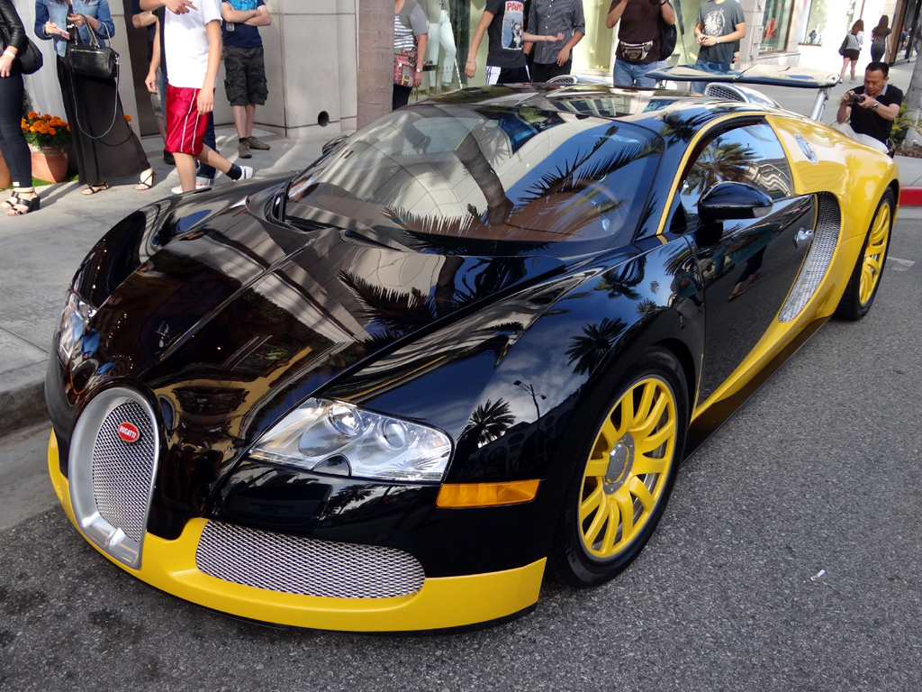 custom yellow black bugatti veyron spotted in beverly hills zero to 6. Black Bedroom Furniture Sets. Home Design Ideas