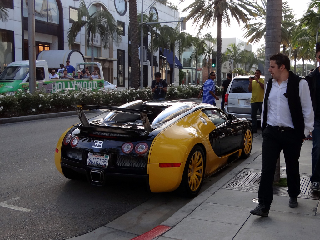custom yellow black bugatti veyron spotted in beverly hills zero to 60 times. Black Bedroom Furniture Sets. Home Design Ideas